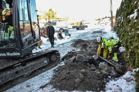 KOMPLISERT: Gravearbeidet ble vanskeliggjort av tele, høyspentledning og fiberkabler.
