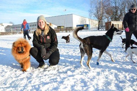 TRE OM DAGEN: Christine Rise, som drifter Sandefjord Hundepark, mener hunder bør luftes tre ganger om dagen, hvorav én av turene bør være på minst en time.