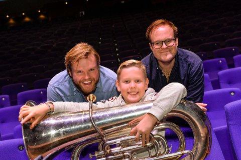 BRØDRENE: Lasse og Petter Vermeli skal være konferansierer på Barnas Nyttårskonsert 27. januar og Sandefjord Musikkorps nyttårskonsert 5. januar. I midten sitter Odin Andersen fra Framnes musikkorps med sin tuba.