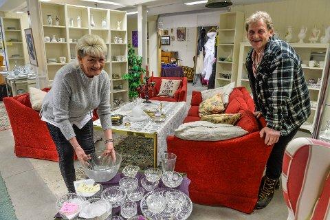 MØBLER: Anita Wilhelmsen og John Skarde pusler rundt i butikken hele dagen, møbelerer og danderer ettersom hva de har til salgs.  Forrige dagen solgte de en sofagruppe, ikke ulik denne på bildet.