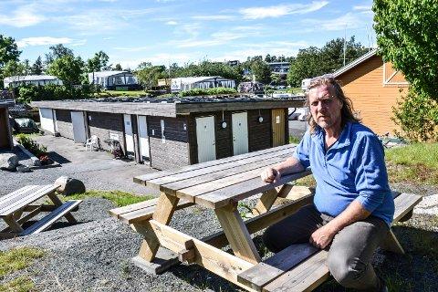 FIKK PÅLEGG: Kurt Nilsen overtok driften av Granholmen camping sammen med Inger Moe i 2015. Etter hvert skulle overtakelsen få uante økonomiske konsekvenser, blant annet etter et pålegg om å skifte ut hele det elektriske anlegget på sanitærbygget i bakgrunnen.
