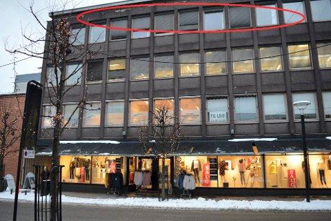 OMDISPONERING: Toppetasjen i Jernbanealleen har hittil rommet kontorer, som i andre og tredje etasje. Men nå blir det fire mindre leiligheter i stedet.