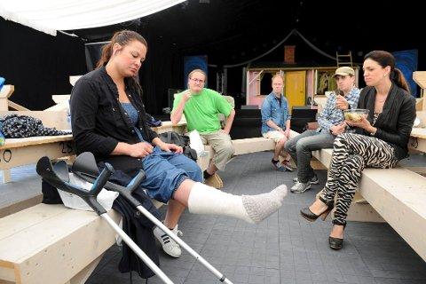 BEINET I GIPS: I 2013 røk akillesen like etter at sommershowsesongen var i gang. I 2014 måtte Dorina Eldøy-Iversen nok en gang kaste inn håndkleet, etter å ha brukket beinet under en «Karius og Baktus»-forestilling. ARKIVFOTO: PER LANGEVEI