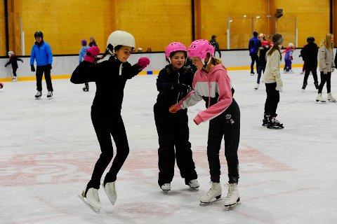 SMARTE: Da disse jentene, (fra venstre) Lorena Andreassen, Vilja Bjørvik Kristiansen og Karma Bjørvik Kristiansen, besøkte ishallen i januar i fjor, var de smarte nok til å beskytte hodene sine med hjelmer mens de skøytet rundt. Hjelm anbefales på isen, men kommunen vil ikke innføre påbud.