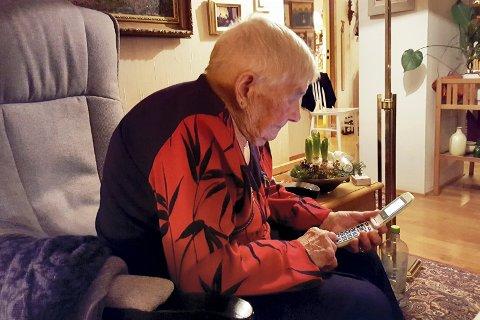 SENDER MELDING: 100 år er ingen begrensning for Mary Bruland. Her sender hun tekstmeldinger til ett av barnebarna i Oslo på nyttårsaften.