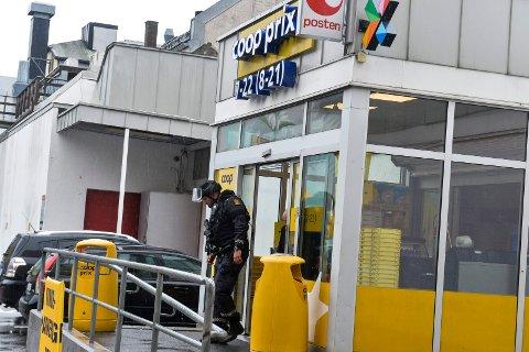 RANSTILTALT: Bevæpnet politi rykket ut til Coop Prix Sperretorvet i oktober i fjor, etter at en mann med våpen hadde ranet butikken. Nå er en 34 år gammel Sandefjord-mann tiltalt for ranet.