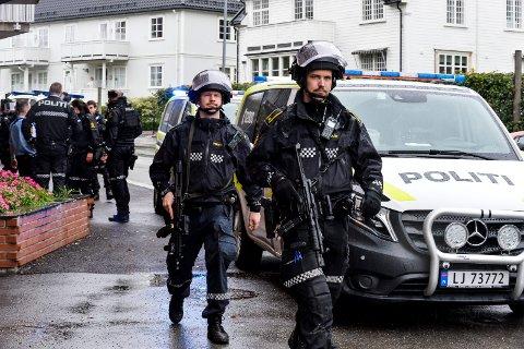 TUNGT BEVÆPNET: Politiet var på jakt etter en ransmann i Sandefjord onsdag, og pågrep en person samme kveld. Han er nå siktet i saken.