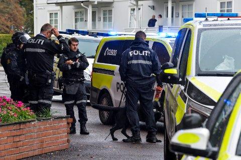 RASKT PÅ PLASS: Bevæpnet politi var raskt på plass ved Coop Prix i Museumsgata onsdag da det kom melding om at en mann hadde truet til seg penger ved hjelp av våpen. Nå har en 33-åring erkjent at han sto bak, og han er nå varetektsfengslet i to uker.