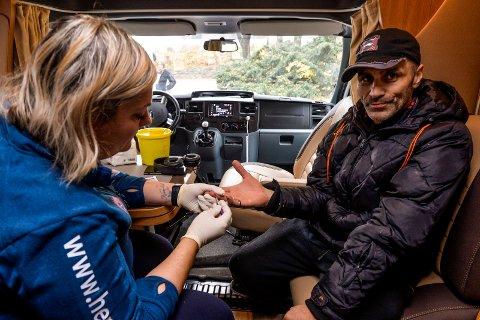 HEPATITT-BUSSEN: Sykepleier Solveig Reinertsen undersøkte Tony Chiha (47) da Hepatitt-Bussen besøkte Herredshuset. Tony fikk påvist hepatitt C-infeksjon og skal følges opp i ettertid.