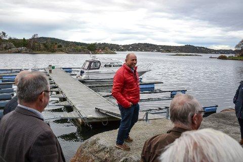 FOR LANG? Carl Christian Fon orienterte politikerne i miljø- og planutvalget under en befaring i 2017 om hvorfor de burde si ja til hans 27,3 meter lange brygge i Mefjorden på Østerøya.