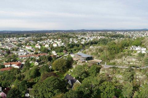 LUKSUS I ÅSEN: Slik vil leilighetsbygget se ut i landskapet i Åsen. (Illustrasjon: Mathias Schulze og Ewelina Bogacz/KMS Arkitekter)