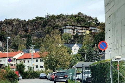 MOKOLLEN: Det planlagte leilighetsbygget ligger ved Mokollen, over en planlagt tunnel for jernbanen. Illustrasjon: KMS Arkitekter AS