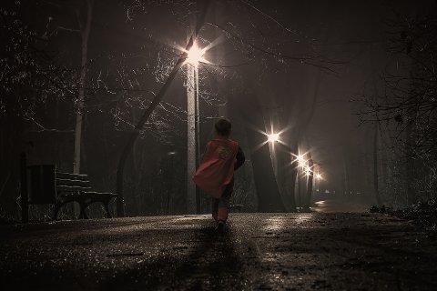HVOR ER BARNET?: Kostymekledde barn uten refleks er ikke lett å oppdage, selv på veier med gatebelysning.