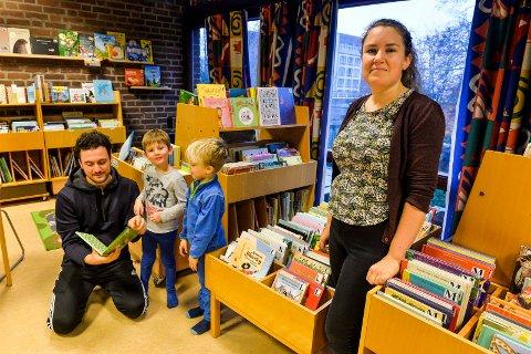 LARVIKSFOLK: Bibliotekar Tale Bergan, leder av avdelingen for barn og unge ved Sandefjord bibliotek fikk torsdag besøk av Ali Demir og femåringene Peter og Magnus fra Bisjord fus barnehage i Larvik.