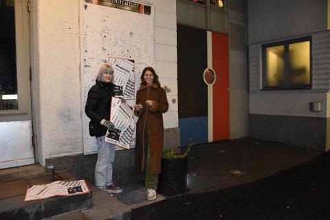 GJØR ALT SELV: I tillegg til å booke artister og spille selv, gjør Naomi Straume Moen (23) og Ida Stein (27) all jobben i forkant. Her henger de opp plakater for å informere om «TENK klubb» 28. desember. De har også lagt eventsinformasjon på Facebook. FOTO: Vibeke Bjerkaas