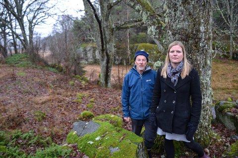 NEI TIL VEI: Marte Rindal Jacobsen og Christopher Gallaher, begge i Naturvernforbundet, mener de to eiketrærne i bakgrunnen blir skadet dersom det anlegges en hyttevei imellom. Derfor ber de kommunen velge en annen atkomst til 17 planlagte hytter – eller helst avvise hyttebyggingen.