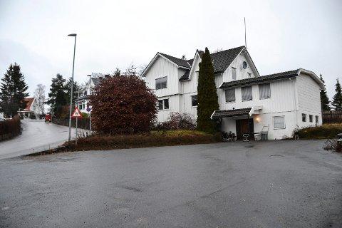 SVERSTADVEIEN 1: Bygningen tilhørte Misjonssambandet og fungerte som forsamlingslokale fram til 2014. Kun den ene etasjen i hovedhuset er godkjent til boligformål.
