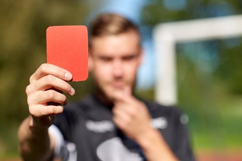 TO TILFELLER: Antall røde kort delt ut i fotballkamper i Vestfold er på vei ned. Samtidig var det i år to tilfeller av vold på banen som ga både rødt kort og seks kampers karantene for de to spillerne. I fremtiden kan slike tifeller bli politianmeldt.
