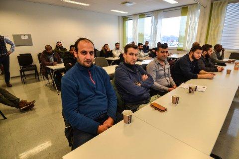 FIKK INFORMASJON: Torsdag deltok 30 voksne fremmedspråklige på et informasjonsmøte hos Fønix på Pindsle. De skal fylle to klasser, i Sandefjord og Tønsberg, og få teoretisk og praktisk opplæring i murerfaget. Fra venstre: Yousef Saleem, Ahmad Malhis og Kawa Mullaali.
