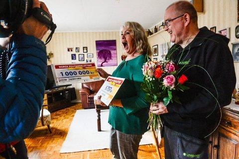 VINNER: En lettere sjokkert Laila Heian Gulliksen innser at hun har vunnet hovedpremien på én million kroner, etter først å ha mottatt en mindre sjekk på 6.757 kroner. Til høyre står hennes mann, Dag Espen Gulliksen.
