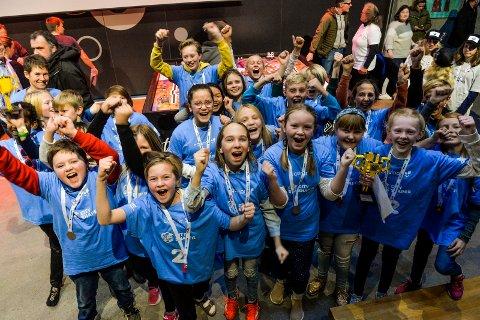 VINNERE: Framnes barneskole med laget Lego Legends vant den gjeveste prisen og ble First Lego League Champions. Her slipper elevene fra 5.-klasse jubelen løs etter seieren.