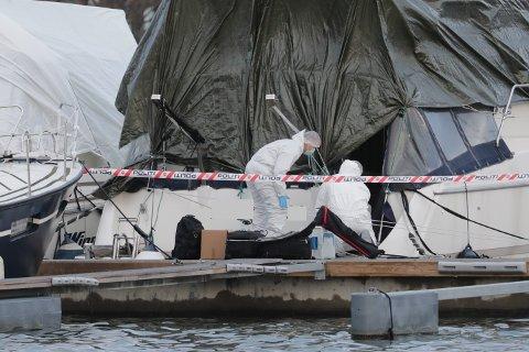 UNDERSØKTE: Politiet foretok tekniske undersøkelser i båten i Hesteskoen torsdag ettermiddag.