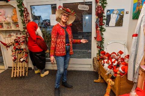 STILLE: Valget av årets Julehus har vært en stor skuffelse og overraskelse for Wenche Girlando. Det er langt og lenge mellom hver gang en kunde finner veien inn denne døren.