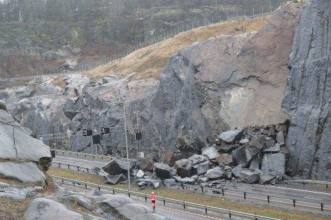 En geolog undersøkte lørdag fjellforholdene ved Bommestadkrysset der et stort steinras sperrer E18 ved Larvik.