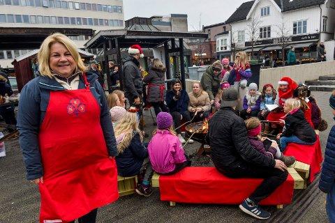 FORNØYD: Julemarkedet på Torvet ble en suksess i år. Kathrine Risanger og resten av kvinnene i Fjorden sanitetsforening har gjort en betydelig innsats for at besøkende skulle få den gode julestemningen.