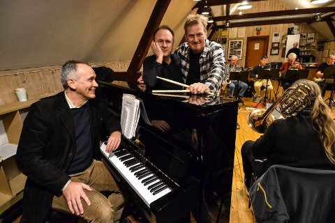 20 ÅR: Den siste helgen før jul er ensbetydende med storband-jazze i Verdensteateret. Disse tre har vært sentrale i alle år. Fra venstre: Erik Fekete, Hans Mathisen og Helge Christensen.