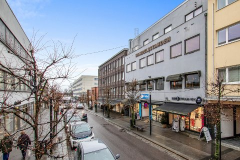 NY EIER: Fra 1. mars eier Linholm AS bygården til Handelsstanden og Sandefjord Byen Vår i jernbanealleen 24 (t.h.).