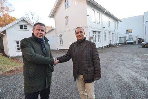 NY EIER: Mohsen Shahabi (til høyre) har kjøpt det nedlagte kvinnefengselet i Rådhusgata. Her blir han gratulert av eiendomsmegler Rune Allerød i Q4 Næringsmegling. Budrunden økte prisen fra 6,5 millioner til 10,6 millioner kroner.