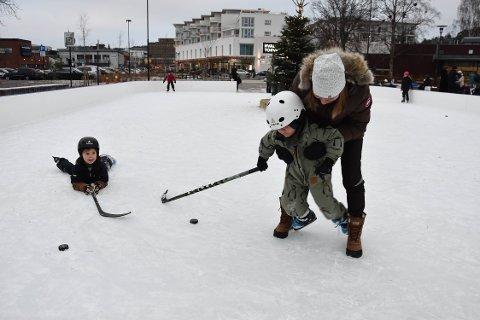 MED MORMOR PÅ ISEN: Elias Kinnander (6) og Vincent Kinnander (4) er på besøk hos mormor Eva Kristiansen. Det er hun som har gitt guttene skøyter til jul. FOTO: Vibeke Bjerkaas