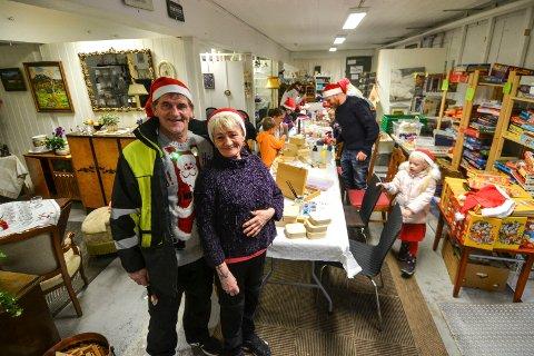 GAVMILDE: John Skarde og Anita Wilhelmsen driver bruktbutikk i Sandefjord. Den går bra, noe som andre får glede av. Nylig ga de bort overskuddet fra butikken. Her er de to i forbindelse med juleverkstedet de holdt for barn i fjor.