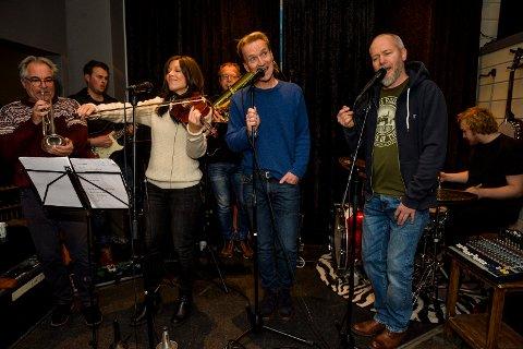 HYLLEST: Bandet som er sammensatt for anledningen består av: Geir Elelfsen (trompet og flügelhorn), (fra venstre), Stefan Fjellvang (gitarer), Camilla Skjelberg (fiolin), Hans Magne Enge Hansen, (tuba), Knut Stenersen (vokal), Frank Iversen (vokal) og Håvard Kværne Hansen (trommer).