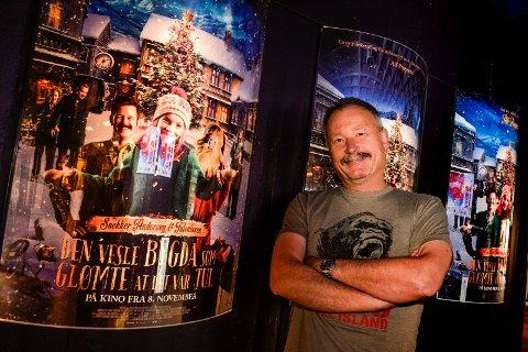 VANT PRIS: Kinosjef Bjørn Helge Jahnsen tok imot en pengepremie på kr.10.000 fra Film & Kino, og et diplom. Bakgrunnen for tildelingen var gjennomføringen av Den store kinodagen i høst.