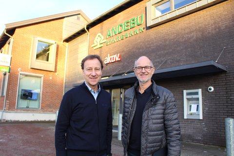 YDMYKE: – Vi er takknemlige og ydmyke, sier banksjef Børre Grovan (til venstre) om den store interessen for medeierskap i Andebu Sparebank. Til høyre står styreleder Sigbjørn Myhre.