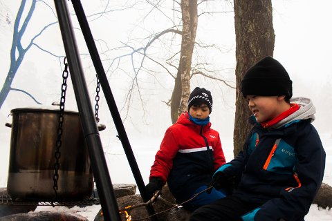 Petter (t.v) og Ludvig deltar på Sandefjord Turistforenings friluftsskole i vinterferien. De synes det er veldig bra at noen arrangerer aktiviteter for barna i byen nå i vinterferien.