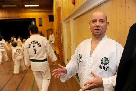 Instruktør i Sandeford Taekwon-Do Klubb, Ernst Wilhelm Erdmann, liker ikke de nye endringene i opplevelseskortene