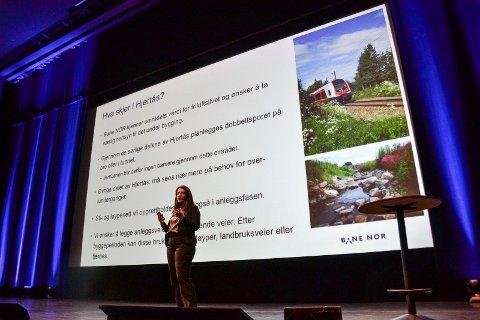 RIMELIGSTE ALTERNATIV: Prosjektsjef Hanne Sophie Solhaug i Bane Nor presenterte i desember, under et folkemøte i Hjertnes, anbefalingen av korridoren Torp Vest. Her velger Bane Nor det rimeligste av to alternativer, som ikke går om Storås. Forskjellen på de to alternativene er 800 millioner kroner.