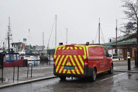 RYKKET UT: Sandefjord Brannvesen rykket ut med brannbåten. Her står en av brannvesenets biler utenfor Kokeriet.