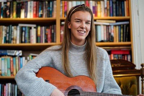 SURREALISTISK Videoen av Mina Lund (22) sin audition på The Voice har blitt sett av over en halv million ganger, men hun har fortsatt beina godt planta jorda i barndomshjemmet i Stokke.