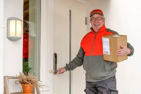 LARVIK: I første omgang testes levering av pakker innenfor døra i Larvik, Nordre Vestfold, Asker og Bærum, blant andre av postbud Bjørn Tørseth i Larvik. Målet er å rulle ut ordningen over hele landet.
