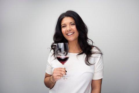VINMESTER: Liora Levi er Norsk- og Nordisk mester for vinkelnere og reiser rundt i Norge og holder vinkurs og foredrag. Levi er også president i Norsk Vinkelnerforening, TV2s vinekspert på God morgen Norge, blogger og vinskribent.