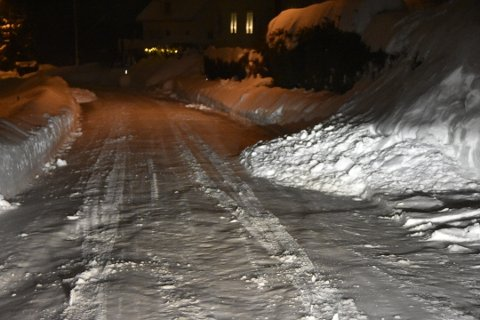 SNØ I VEIEN: Et par steder i Fjellheimveien har noen måket snøen fra sin egen eiendom og ut i gata, som er en offentlig vei.