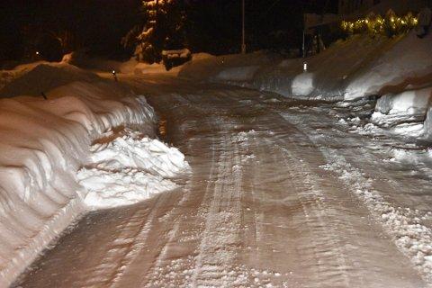 TRANGT: Snø som måkes ut i veien skaper smalere veier, og hindringer for naboene.