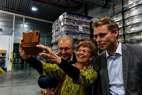 SELFIE: Leder i Vestfold Kathrine Kleveland så sitt snitt til å forevige bryggeribesøket i form av en selfie sammen med fylkesordførerkandidat, Terje Riis-Johansen (til venstre) og Senterpartiets nestleder, Ole Borten Moe.