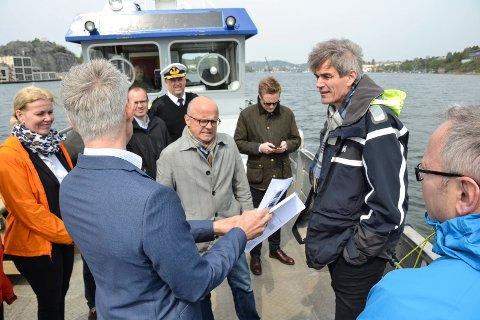 IMOT AVFALL: Ordfører Bjørn Ole Gleditsch (nr. to fra høyre) har fått med seg tre andre Vestfold-ordførere i en protest mot avfallsdeponi i Brevik. Her er han på en befaring i Sandefjordsfjorden med blant andre daværende klima- og miljøminister Vidar Helgesen.