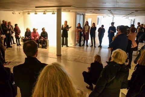 STYRELEDER: Signe Elise Hultgren i Sandefjord Kunstforening deler ut foreningens kunstpris 2019.