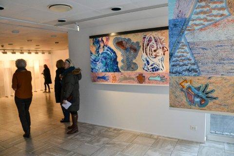 UTSTILLING: Utstillingen med de fem nominerte kunsterne til årets kunstpris varer til 21. april. De to nærmeste verkene er laget av Ida Madsen Følling.